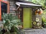 Romantic,creative, cozy cottage on Tofino Inlet