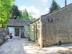 BARN CROFT, detached, single-storey stable conversion, woodburner, roll-top bath, near Baslow, Ref 26374