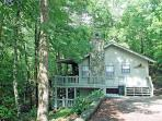 BEAR CAVE ~2BR~1BA~CHARMING WOODED CABIN~HOT TUB~WIFI~PET FRIENDLY~CHARCOAL GRILL~WOOD BURNING FIREPLACE~JACUZZI TUB~SLEEPS 6~ONLY $99/NIGHT!