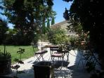 Avignon countryside : Lovely fully independent apt with walled private garden in small wine making village.