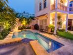 Casa Cascada - Beautiful Downtown House, Pool, Yard