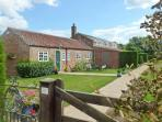 WAGGONER'S COTTAGE, family friendly, with a garden in Bridlington, Ref 8708