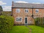 PRIESTLEY, family friendly, character holiday cottage, with pool in York, Ref 1405
