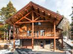 Modern log home with mountain views and free ski shuttle - Mountain Echo Lodge