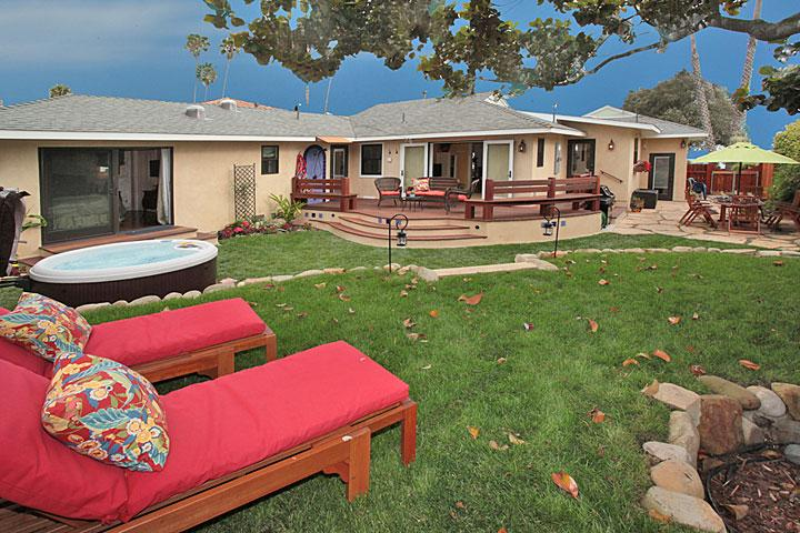 Backyard w/ lounges, outdoor shower, dining area, spa - Shoreline Cottage - Santa Barbara - rentals