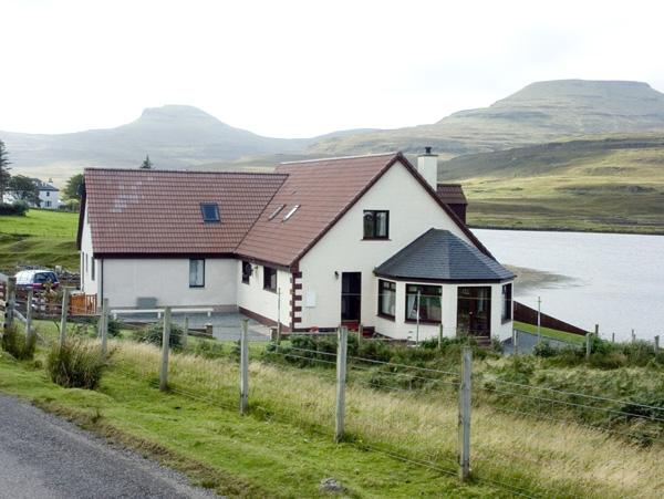 LOCHSIDE COTTAGE, family friendly, with a garden in Dunvegan, Isle Of Skye, Ref 1558 - Image 1 - Dunvegan - rentals