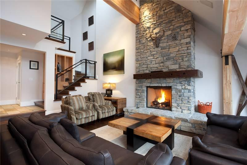 Spacious Living Area with Fireplace and Vaulted Ceilings - Pinnacle Ridge 21 | Whistler Platinum | Hot Tub - Whistler - rentals