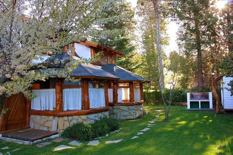 Garden and Rear View - Charming Cottage Minutes from Downtown Bariloche - San Carlos de Bariloche - rentals