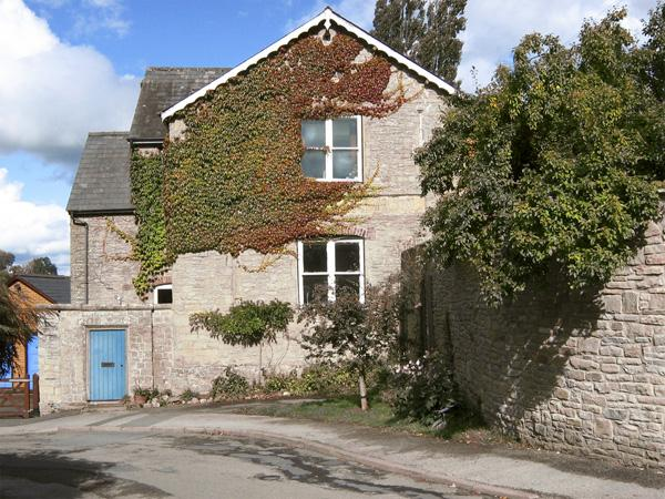 THE SCHOOL ROOM, romantic, country holiday cottage in Kington, Ref 4338 - Image 1 - Kington - rentals