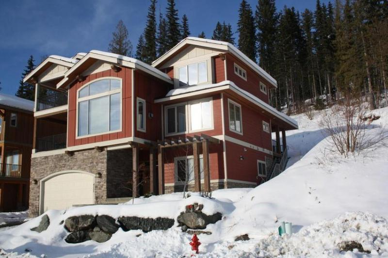 Gorgeous new slope side Executive Chalet in exclusive Sundance Estates. Ski in from Rambler. Short walk to Village