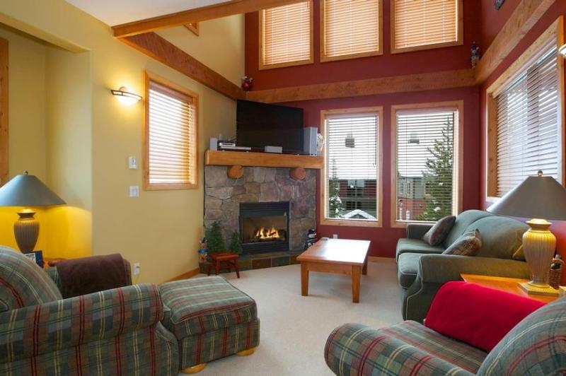 Cozy open plan living room. Now with 47 inch LCD TV Take a look at our Photo Gallery. To view a VIRTUAL TOUR copy and paste the following address in your browser address bar http://www.realbigtours.com/perfection5/