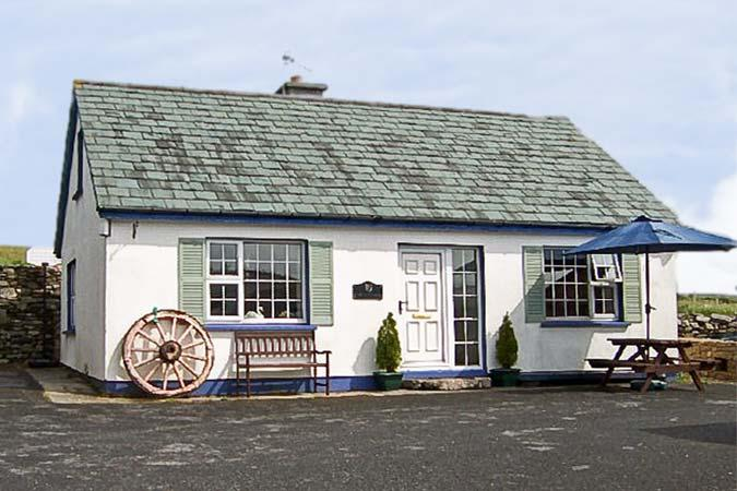 OLD FORGE, family friendly, with a garden in Cleggan, County Galway, Ref 4489 - Image 1 - Cleggan - rentals