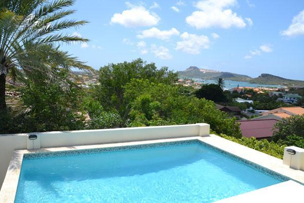 Beautiful views over the spanish water and tablemountain from your pool.