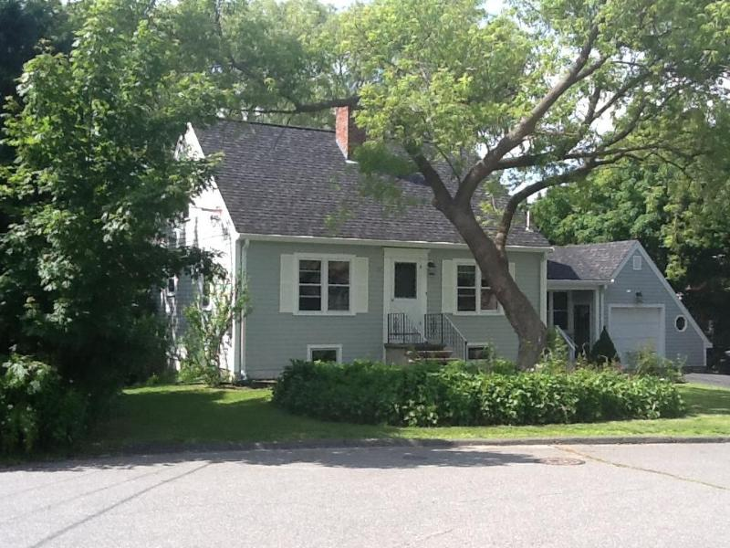 Front of house - Old Garden Beach charmer steps to Bearskin Neck! - Rockport - rentals