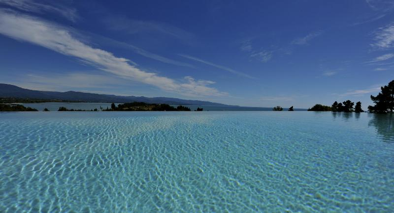 View from pool towards Abel Tasman N.P. - beachfront luxury villa with infinity pool - Tasman - rentals
