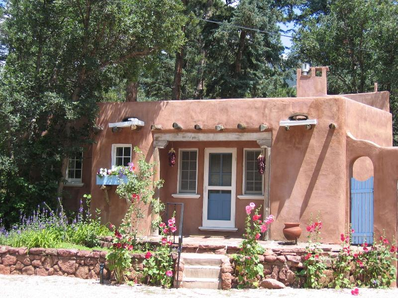 The Sanctuary of the Rose Guesthouse: 1934 historic luxury casita near Pikes Peak; Mountain views