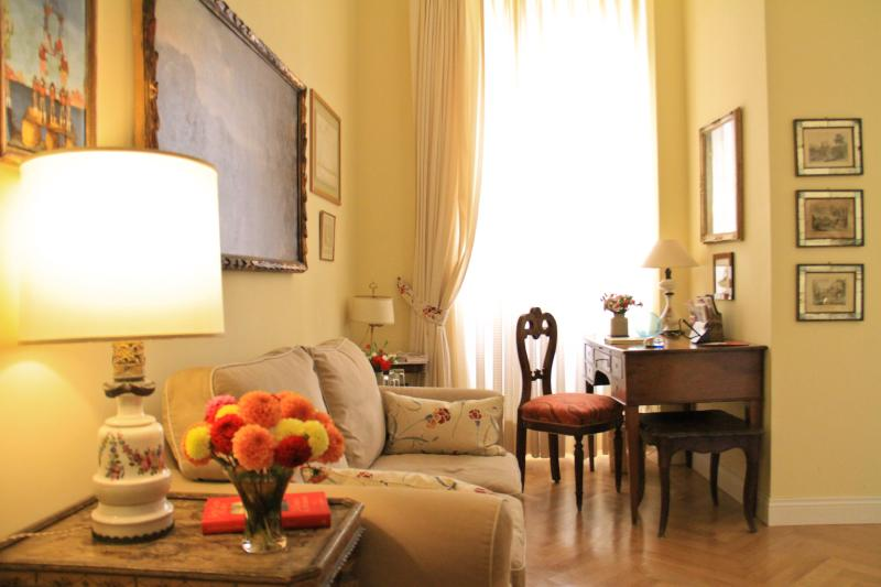 Living Room - Navona Cozy B&B Suite for 2p, Air Cond., Free WiFi - Rome - rentals