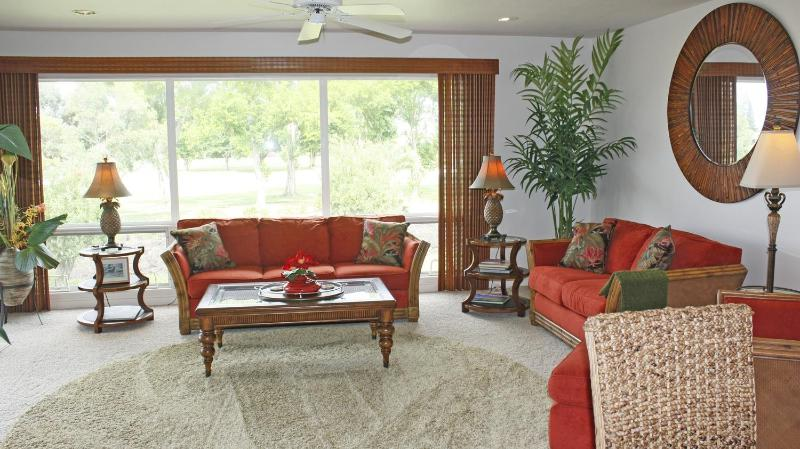 Living Area looking out to Makai Course