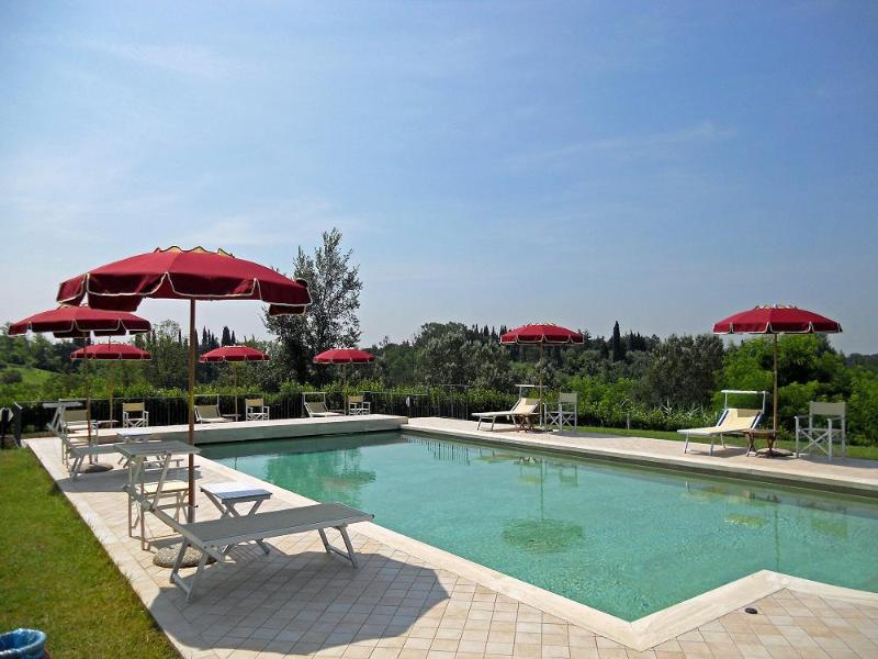 The shared pool is in a fantastic position. Enjoy the outstanding views of the green valley!