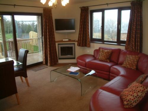 BECKSIDE BUNGALOW, Pooley Bridge Holiday Park, Ullswater - Image 1 - Pooley Bridge - rentals