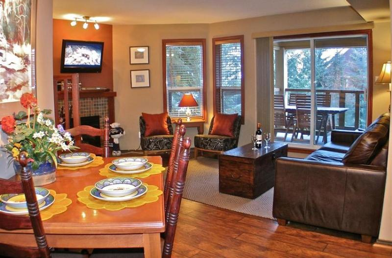 Spacious living room with a fireplace, flat screen TV and DVD collection for relaxing evenings after a day in the mountain