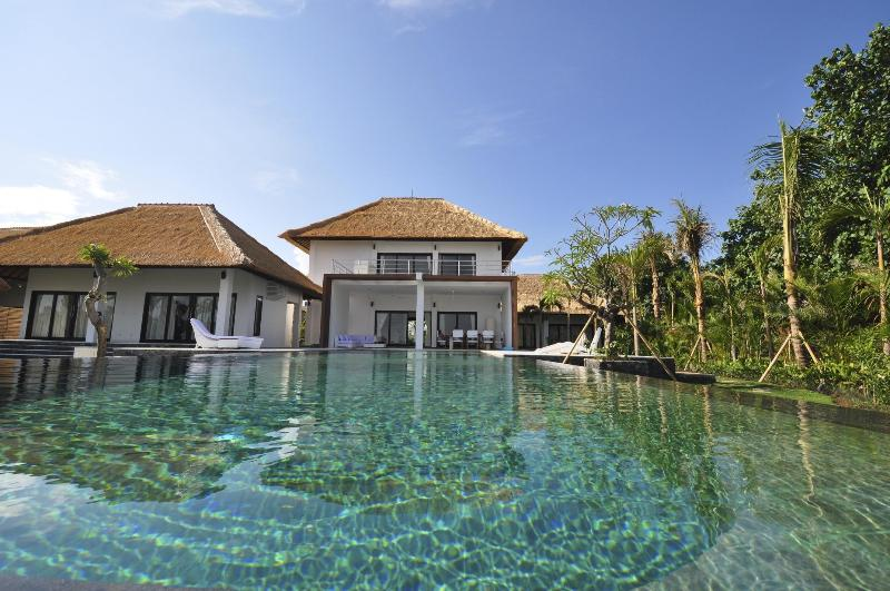 Most activities at Villa Bossi Banjar take place in and around the 18 meter long infinity pool