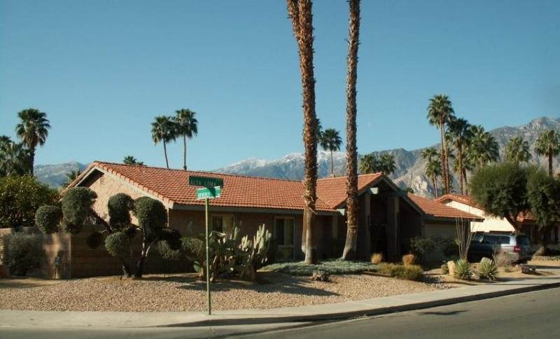 Beautiful, spacious house in excellent neighborhood in wind free South Palm Springs.