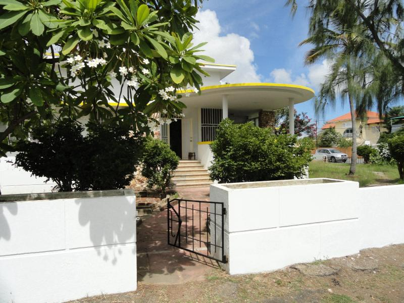 Welcome to Lin's Oranjestad Villa by the Surfside Sea