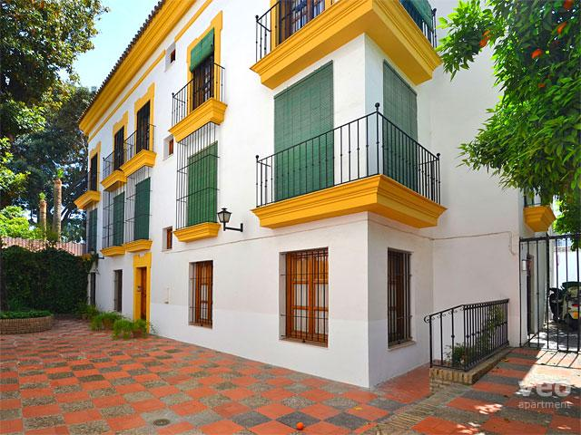 Front of the building. The windows on the first floor belong to the apartment. - Santa Cruz C | One-bedroom apartment in Santa Cruz - Seville - rentals