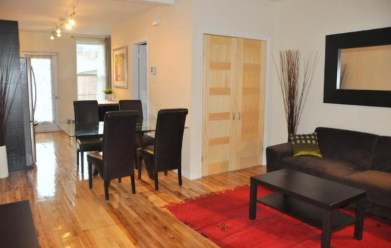 Stylish apt (600 sq.feet) close to metro: 6 guests. Private backyard with parking, patio and BBQ!