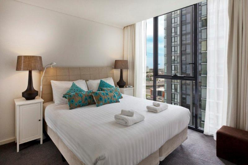 Southbank Bayviews serviced apartment king bedroom