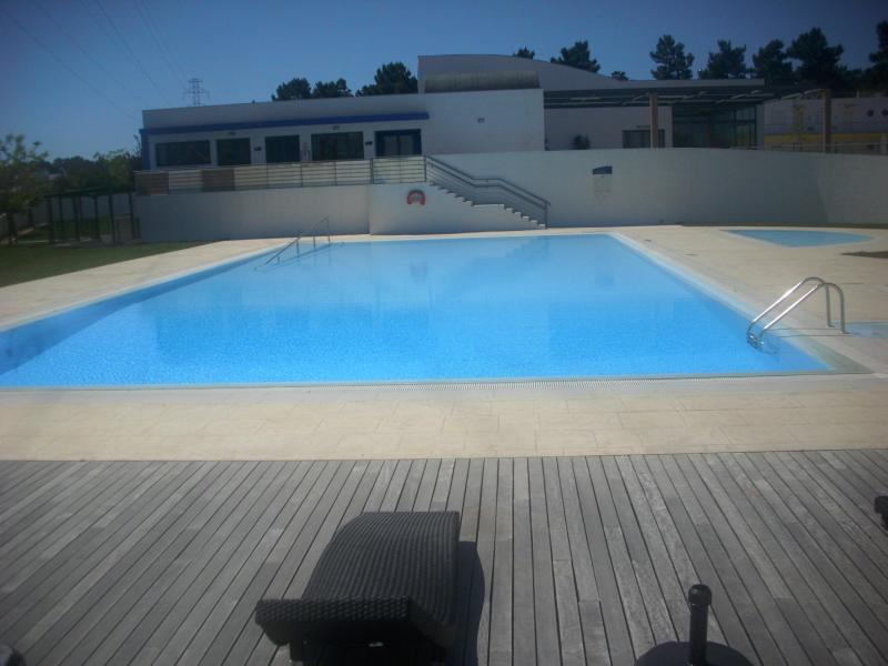large pool kids pool top right with rattan pool furniture - LUXURY APARTMENT/ PRIVATE BALCONY 4* GOLF RESORT - Palmela - rentals