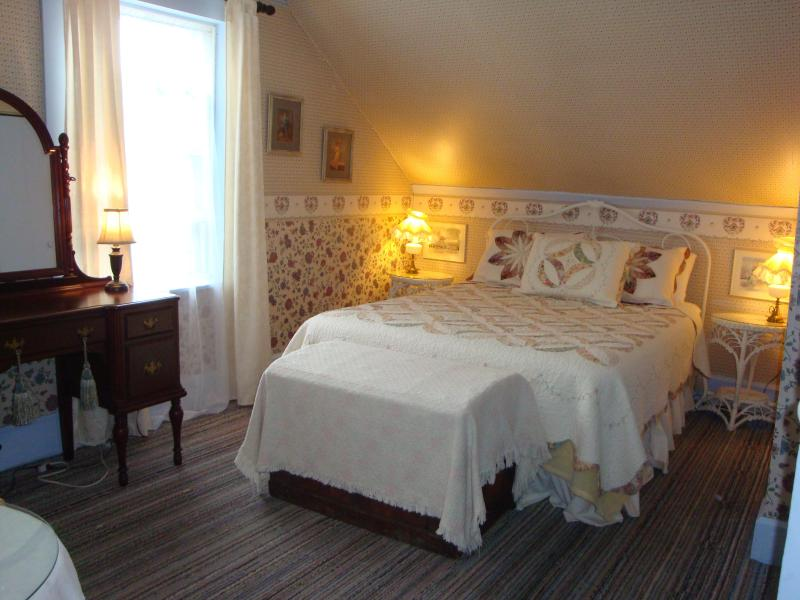 Bedroom overlooking the park - 2 bedroom apartment  in the heart of Charlottetown - Charlottetown - rentals