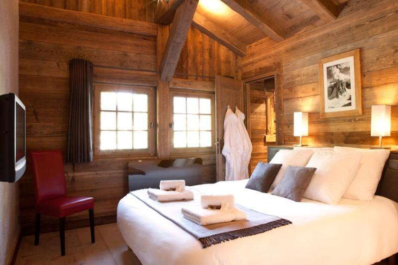 Beautiful double bedrooms with en-suites - fluffy pillows & robes & crisp sheets