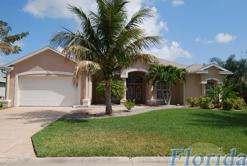 this charming home sits on canal a that is located 5 minutes to caloosahatchee river - Villa Las Palomas - Cape Coral - rentals