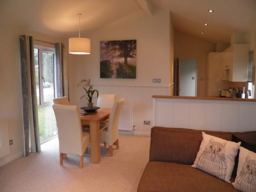 HOLICOMBE LODGE, Hillside Park, Pooley Bridge, Nr Ullswater - Image 1 - Ullswater - rentals