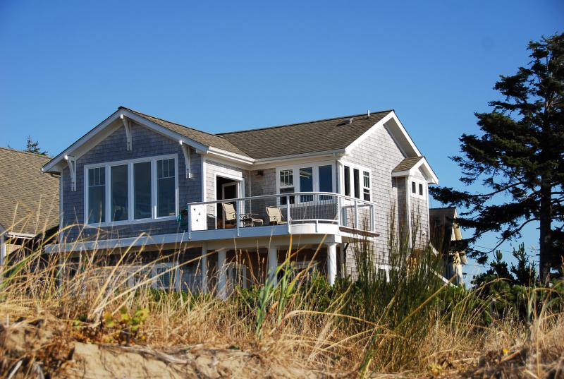 Beachfront Luxury Cottage, Stunning panoramic water views,private steps to the beach, hot tub,