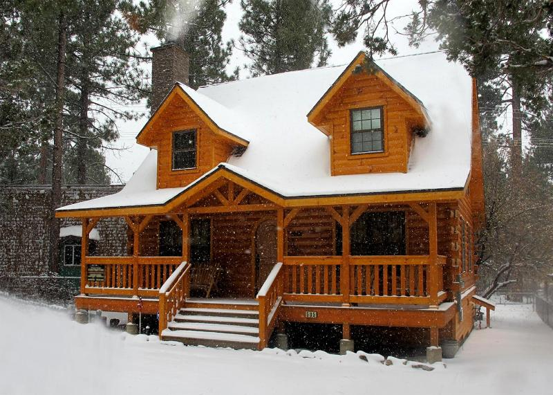 'The Holiday Cabin in Snow'