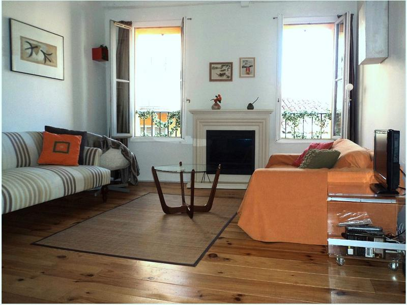 Summer in bright & quiet living room in greatest part of Old Nice,Wifi, AC,Cable