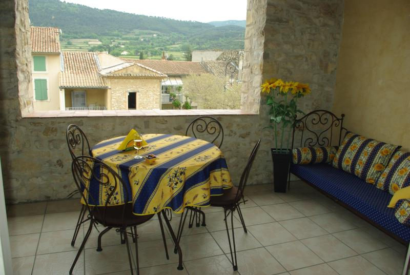 Al fresco dining with magnificent views from the terrace - Beautiful Old Stone House in the Village of Sablet - Sablet - rentals
