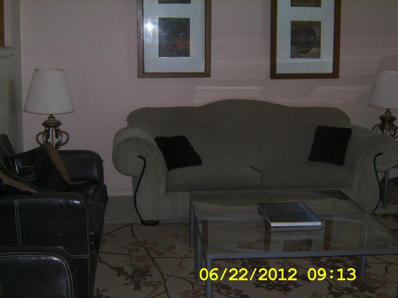 Living room, seats 10, cathedral ceiling, ceiling fan, tv/cable, dvd player, access to deck