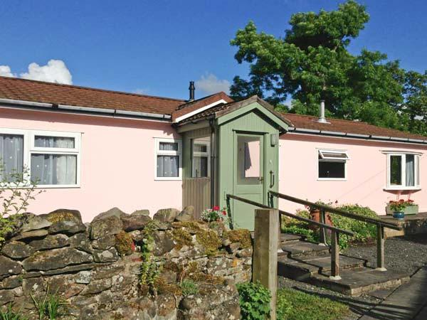 Y FFOS, single-storey cottage, country views, close walks, cycling, Builth Wells Ref 21887 - Image 1 - Builth Wells - rentals