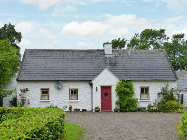 O'NEILL'S, pet-friendly cottage, open fire, rural setting, garden, Dundrum Ref 26889 - Image 1 - Dundrum - rentals