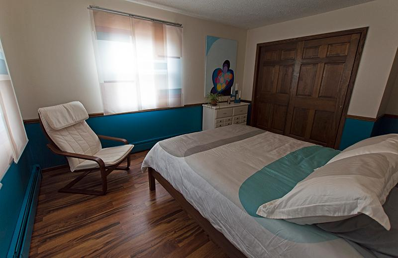Kymi- As warm as a summer's breeze, this room will envelope you with its casual sophistication. Enjoy a fabulous night's sleep in the plush queen bed. From the windows you can behold the forest and wildlife. The bathroom includes a tub/shower combinat