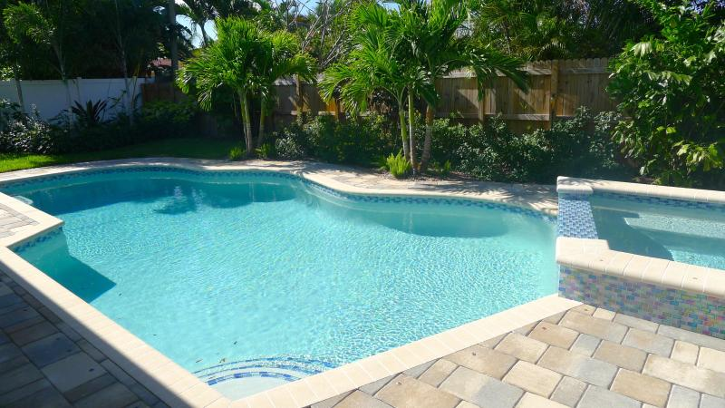 Lots of sunshine in the pool area - Tangerine Dream - Private, Quiet Retreat With Heated Pool/SPA! - Fort Lauderdale - rentals