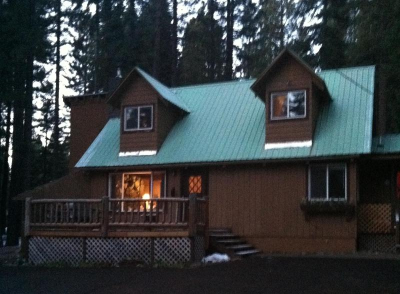 Great deck to enjoy the day - Lake Almanor Patriotic Cabin - Lake Almanor - rentals