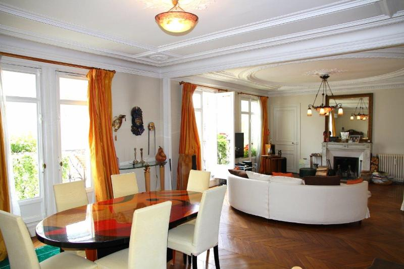 Large >50m2 living room/dining room, comfortable sofas and beautiful dining table with 6 chairs…