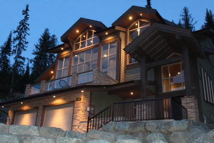 Welcome to our luxurious Mountain View Paradise Chalet!