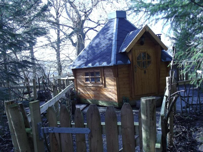 Woodcutters cabin,secluded ,warm,cosy romantic with 24/7 private hottub