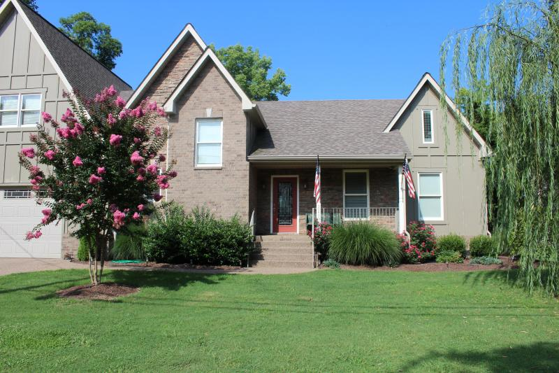 Beautiful River View! 10 minutes to downtown Nashville. Wi-Fi, Boat Dock, pool, hot tub!